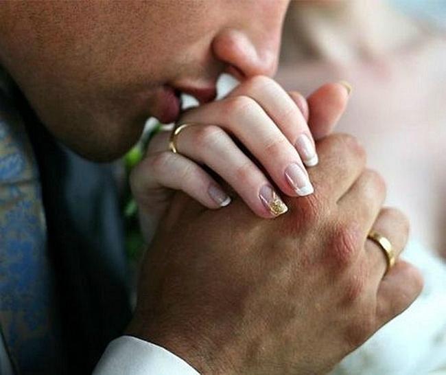 Что значит когда мужчина целует руки своей женщине 812