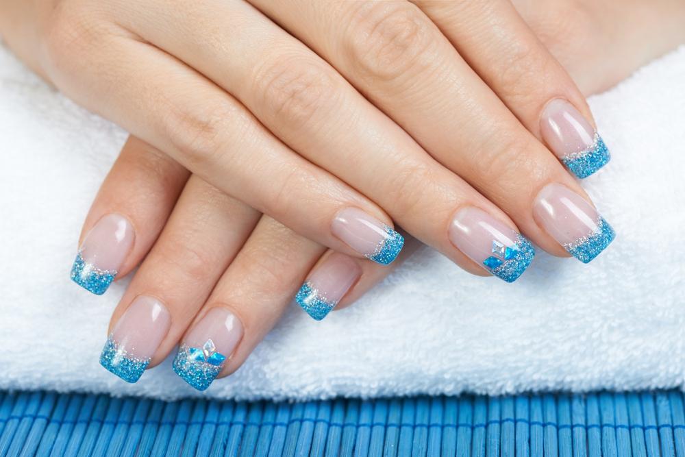 Серебристо-синий дизайн ногтей-фото