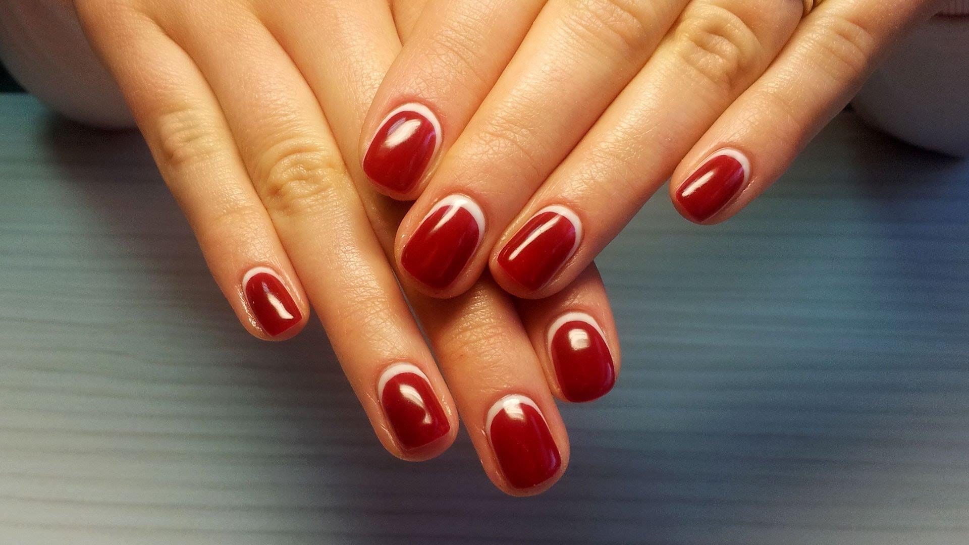 Шеллак белый френч дизайн на коротких ногтях