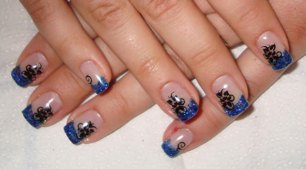 Маникюр на маленькие ногти к синему платью