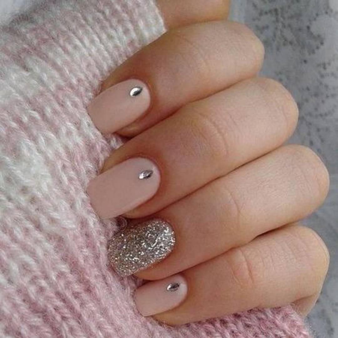 Маникюр с блестками на одном ногте